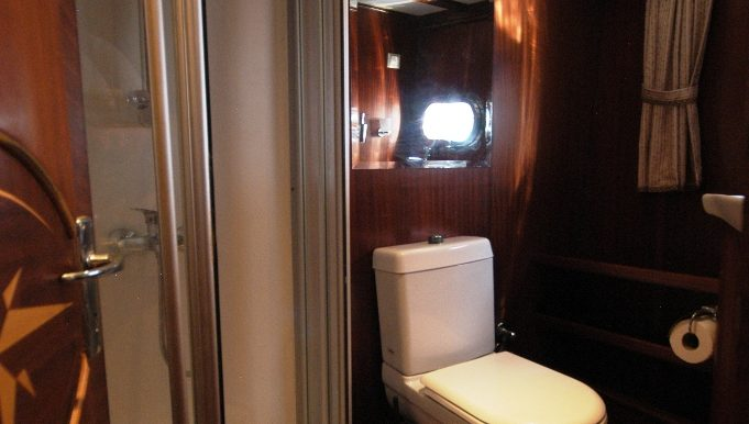Bathroom of double cabin with bunk